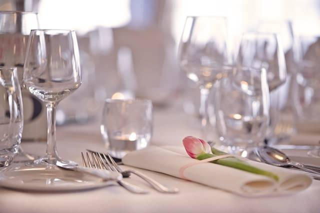 Wedding table setting Red Cow